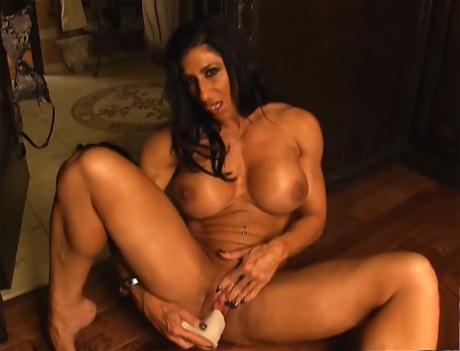 Muscular Pornostar Elisa Costa sfoggia la sua forte muscles